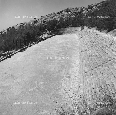 RAD-A-000012-0045 - Lo Stadio del Santario di Delfi in Grecia - Data dello scatto: 1962 - Archivi Alinari, Firenze