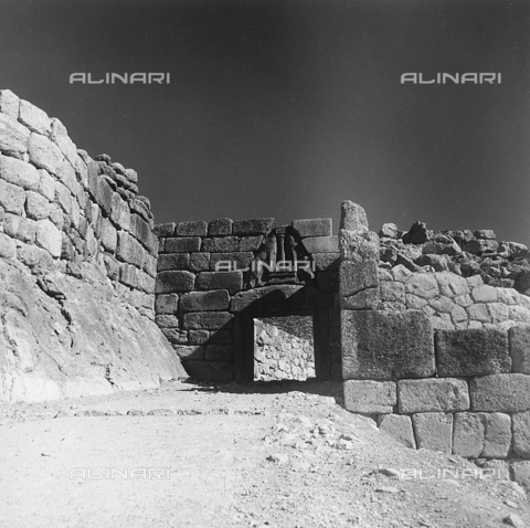 """RAD-A-000012-0047 - """"Porta dei Leoni"""" a Micene in Grecia - Data dello scatto: 1962 - Archivi Alinari, Firenze"""