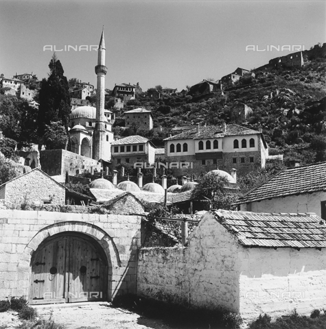 RAD-A-000012-0098 - Veduta della città di Mostar con la Moschea Karadzibeg, Bosnia Herzegowina - Data dello scatto: 1968 - Archivi Alinari, Firenze