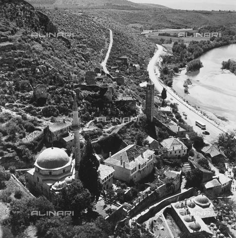 RAD-A-000012-0105 - La città di Mostar con la Moschea Karadzibeg, Bosnia Herzegowina - Data dello scatto: 1968 - Archivi Alinari, Firenze