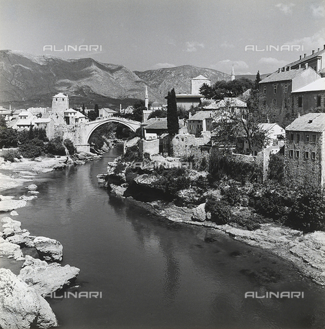 RAD-A-000012-0106 - Veduta della città di Mostar con lo Stari Most(ponte Vecchio) - Data dello scatto: 1968 - Archivi Alinari, Firenze