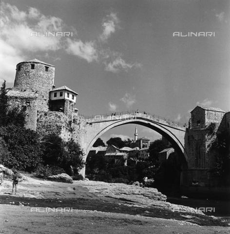 RAD-A-000012-0107 - Lo Stari Most(ponte Vecchio)a Mostar, Bosnia Herzegowina - Data dello scatto: 1968 - Archivi Alinari, Firenze
