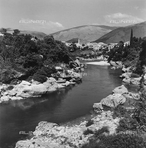RAD-A-000012-0108 - Mostar in lontananza, Bosnia Herzegowina - Data dello scatto: 1968 - Archivi Alinari, Firenze