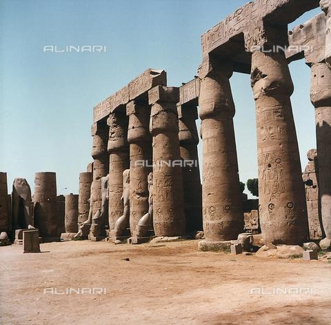 RAD-F-000235-0000 - Il cortile di Ramses II con le tipiche colonne papiriformi all'interno del Tempio di Luxor, nell'Alto Egitto - Data dello scatto: 1970 ca. - Archivi Alinari, Firenze