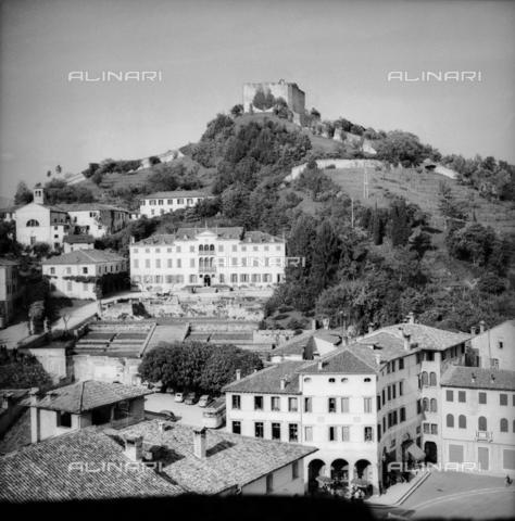 RAD-S-000190-0004 - Veduta di Marostica con il Castello Superiore e la cinta muraria - Data dello scatto: 05/1961 - Archivi Alinari, Firenze