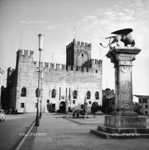 RAD-S-000190-0005 - Veduta della Piazza degli Scacchi e del Castello Inferiore a Marostica - Data dello scatto: 05/1961 - Archivi Alinari, Firenze
