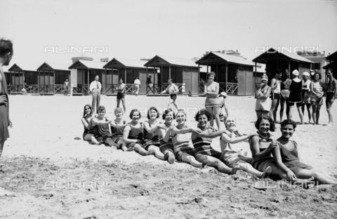 RCB-F-001411-0000 - Bagnanti sulla spiaggia di Nettuno - Data dello scatto: 1930 ca. - Archivio Bruni/Gestione Archivi Alinari, Firenze