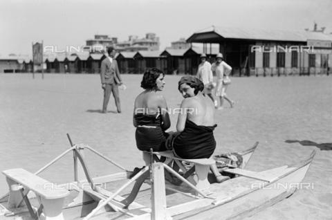 RCB-F-001414-0000 - Bagnanti sul patino sulle spiagge di Nettuno - Data dello scatto: 1930 ca. - Archivio Bruni/Gestione Archivi Alinari, Firenze
