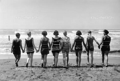 RCB-F-001416-0000 - Bagnanti sulle spiagge di Nettuno - Data dello scatto: 1930 ca. - Archivio Bruni/Gestione Archivi Alinari, Firenze