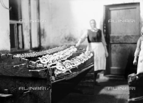 RCB-F-003170-0000 - Lavorazione delle anguille a Comacchio - Data dello scatto: 1927 - Archivio Bruni/Gestione Archivi Alinari, Firenze