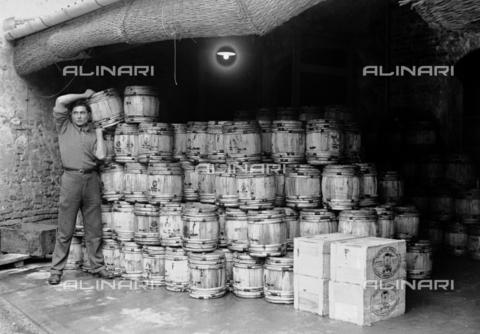 RCB-F-003173-0000 - Inscatolamento delle anguille a Comacchio - Data dello scatto: 1927 - Archivio Bruni/Gestione Archivi Alinari, Firenze