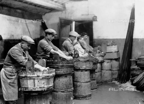 RCB-F-003178-0000 - Lavorazione delle anguille a Comacchio - Data dello scatto: 1927 - Archivio Bruni/Gestione Archivi Alinari, Firenze