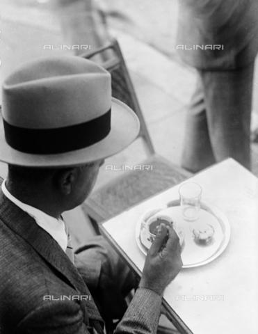 RCB-F-003698-0000 - Degustazione del caffé al tavolino di un bar di Roma - Data dello scatto: 1928 - Archivio Bruni/Gestione Archivi Alinari, Firenze