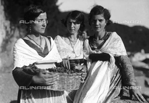 RCB-F-003818-0000 - Giovani donne in abiti tradizionali alla sagra delle fragole - Archivio Bruni/Gestione Archivi Alinari, Firenze