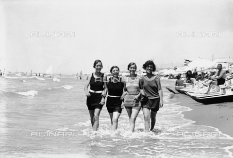 RCB-F-004201-0000 - Quattro ragazze a passeggio sulla spiaggia di Fiumicino - Data dello scatto: 1928 - Archivio Bruni/Gestione Archivi Alinari, Firenze