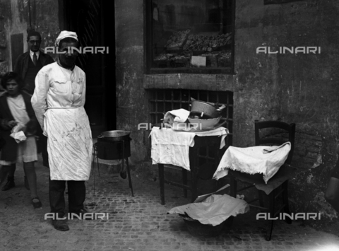 RCB-F-004749-0000 - Venditore di frittelle a Roma - Data dello scatto: 1928 - Archivio Bruni/Gestione Archivi Alinari, Firenze