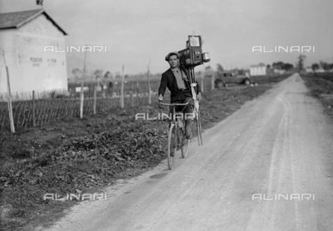 RCB-F-015072-0000 - Fotografo in bicicletta - Data dello scatto: 1934 - Archivio Bruni/Gestione Archivi Alinari, Firenze