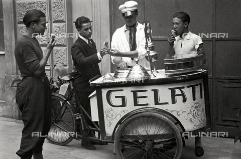 RCB-F-015074-0000 - Gelataio ambulante - Data dello scatto: 1934 - Archivio Bruni/Gestione Archivi Alinari, Firenze