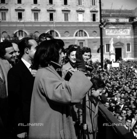 RCB-S-000917-0002 - Anna Magnani una manifestazione politica - Archivio Bruni/Gestione Archivi Alinari, Firenze