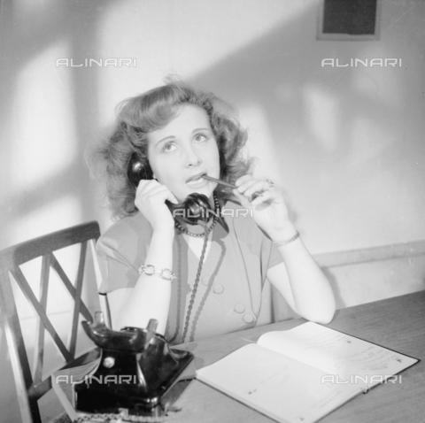RCB-S-000967-0001 - Stenografa al telefono - Data dello scatto: 1949 - Archivio Bruni/Gestione Archivi Alinari, Firenze