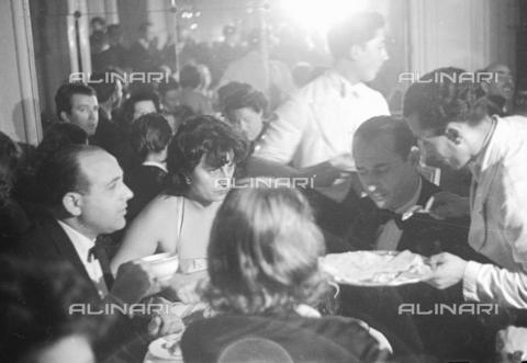 RCB-S-000990-0023 - Anna Magnani a una serata di gala - Data dello scatto: 1949 - Archivio Bruni/Gestione Archivi Alinari, Firenze