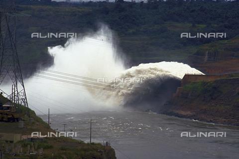 RCS-S-CP0003-0283 - Canale di deviazione dell'acqua nella centrale idroelettrica di Itaipú - Data dello scatto: 1990-1999 - RCS / Gestione Archivi Alinari, Firenze