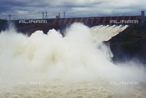 RCS-S-CP0003-0284 - Canale di deviazione dell'acqua nella centrale idroelettrica di Itaipú - Data dello scatto: 1990-1999 - RCS / Gestione Archivi Alinari, Firenze