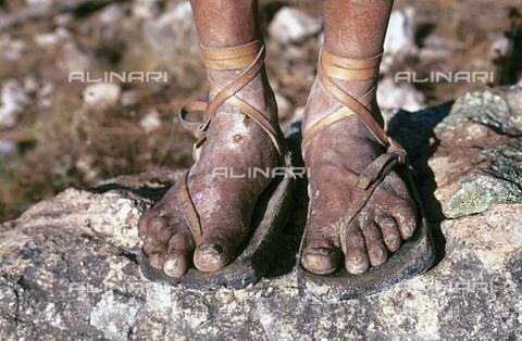 RCS-S-CP0016-1550 - Le caratteristiche scarpe di un uomo della tribù degli indios tarahumaras a Norogachi in Messico - Data dello scatto: 1990-1999 - RCS / Gestione Archivi Alinari, Firenze