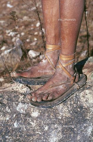 RCS-S-CP0016-1551 - Le caratteristiche scarpe di un uomo della tribù degli indios tarahumaras a Norogachi in Messico - Data dello scatto: 1990-1999 - RCS / Gestione Archivi Alinari, Firenze