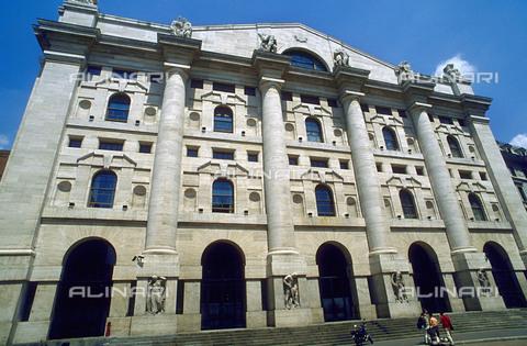 RCS-S-CP0038-3728 - Italia. Il Palazzo della Borsa di Milano - Data dello scatto: 1990-1999 - RCS / Gestione Archivi Alinari, Firenze