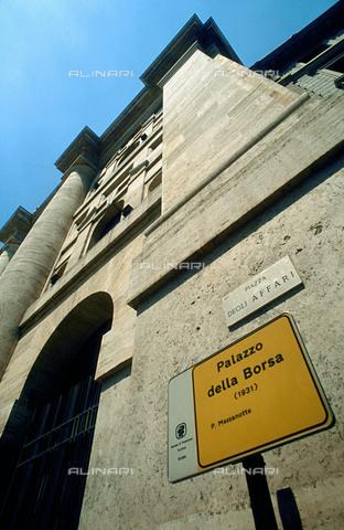 RCS-S-CP0038-3729 - Italia. Il Palazzo della Borsa di Milano, particolare della facciata - Data dello scatto: 1990-1999 - RCS / Gestione Archivi Alinari, Firenze