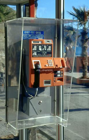RCS-S-CP0042-4178 - Italia. Cabina telefonica - Data dello scatto: 1990-1999 - RCS / Gestione Archivi Alinari, Firenze