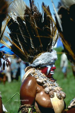 RCS-S-CP0052-5164 - Papua Nuova Guinea. Una donna in costume tradizionale alla festa del Sing Sing a Mount Hagen - Data dello scatto: 1990-1999 - RCS / Gestione Archivi Alinari, Firenze
