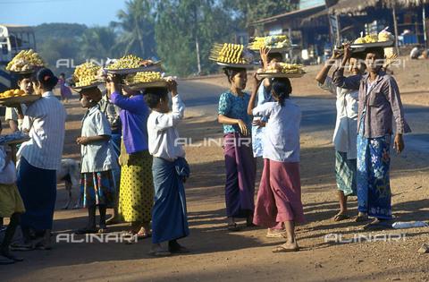 RCS-S-CP0054-5377 - Venditori e venditrici di frutta presso la roccia sacra o roccia d'oro di Kyaiktivo, in Birmania - Data dello scatto: 1990-1999 - RCS / Gestione Archivi Alinari, Firenze