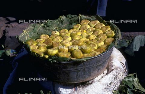RCS-S-CP0059-5875 - Fichi in vendita al mercato di Kashgar nel Sinkiang Uighur in Cina - Data dello scatto: 1990-1999 - RCS / Gestione Archivi Alinari, Firenze