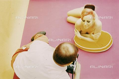 RCS-S-E02188-0004 - Un fotografo ritrae una modella per un servizio sexy - RCS / Gestione Archivi Alinari, Firenze