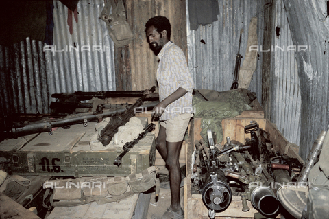 RCS-S-E14076-0010 - Workshop for repairing weapons of the ELF (Eritrea Liberation Front) during the war for liberation from Ethiopia - Data dello scatto: 1985 - RCS/Alinari Archives Management, Florence