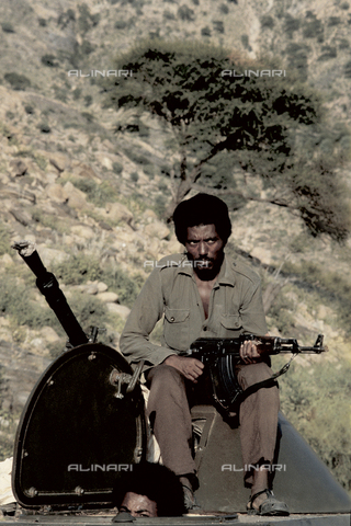RCS-S-E14076-0012 - A militiaman and a tank in use in the ELF (Eritrea Liberation Front) during the war for liberation from Ethiopia - Data dello scatto: 1985 - RCS/Alinari Archives Management, Florence