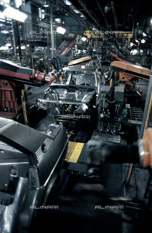 RCS-S-E18052-0003 - Automated assembly line of the Nuova Giulietta of Alfa Romeo - Data dello scatto: 1984 - RCS/Alinari Archives Management, Florence