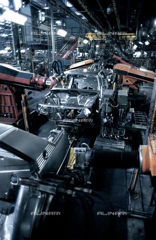 RCS-S-E18052-0006 - Automated assembly line at Nuova Giulietta of Alfa Romeo - Data dello scatto: 1984 - RCS/Alinari Archives Management, Florence