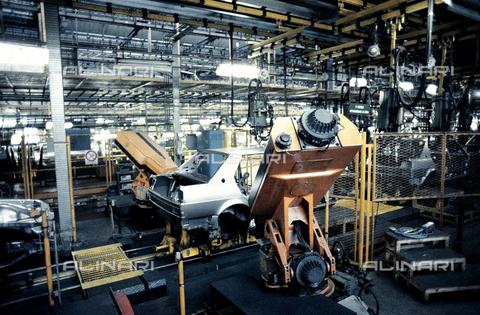 RCS-S-E18052-0007 - Automated assembly line of the Nuova Giulietta of Alfa Romeo - Data dello scatto: 1984 - RCS/Alinari Archives Management, Florence