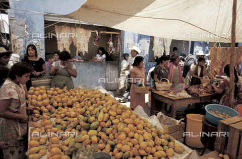 RCS-S-E19412-0002 - Bancarelle del mercato in Messico - Data dello scatto: 1986 - RCS / Gestione Archivi Alinari, Firenze
