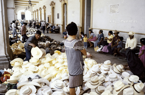 RCS-S-E19414-0011 - Vendita di cappelli in un mercato in Messico - Data dello scatto: 1986 - RCS / Gestione Archivi Alinari, Firenze