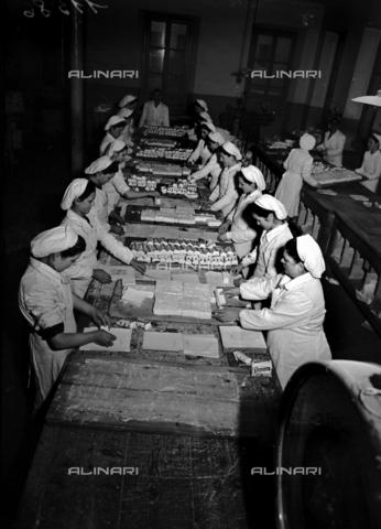 RCT-F-011583-0000 - Confezionamento del formaggio della ditta Polenghi - Data dello scatto: 24/11/1950 - Archivio Toscani/Gestione Archivi Alinari, Firenze