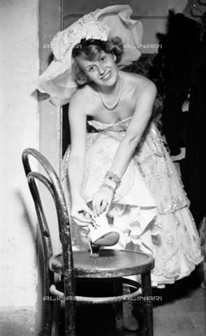 RCT-F-013793-0000 - Un'attrice della compagnia teatrale D'Apporto indossa un costume di scena - Data dello scatto: 25/09/1950 - Archivio Toscani/Gestione Archivi Alinari, Firenze
