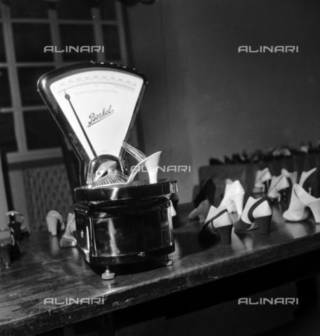"""RCT-F-025540-0000 - Scarpe di Ferragamo, il """"calzolaio"""" delle dive di Hollywood - Data dello scatto: 12/1952 - Archivio Toscani/Gestione Archivi Alinari, Firenze"""