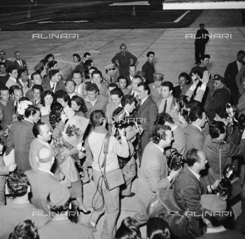 RCT-F-028933-0000 - Frank Sinatra e Ava Gardner circondati da fotografi e giornalisti all'aeroporto di Milano - Archivio Toscani/Gestione Archivi Alinari, Firenze
