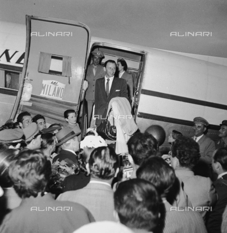 RCT-F-028936-0000 - Frank Sinatra scende da un aereo della compagnia Alitalia all'aeroporto di Milano - Archivio Toscani/Gestione Archivi Alinari, Firenze