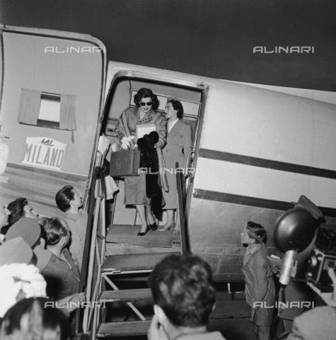 RCT-F-028937-0000 - Ava Gardner scende da un aereo Alitalia all'aeroporto di Milano - Archivio Toscani/Gestione Archivi Alinari, Firenze