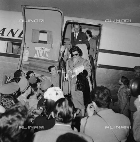 RCT-F-028938-0000 - Ava Gardner e Frank Sinatra scendono da un aereo della compagnia Alitalia all'aeroporto di Milano - Archivio Toscani/Gestione Archivi Alinari, Firenze